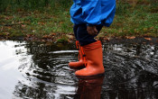 Zes manieren om je kind buiten te laten spelen, ook bij slecht weer