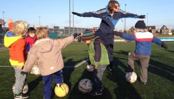 Peutervoetbal is samen bewegen en plezier maken met een bal