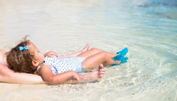 Een zonnesteek herkennen en behandelen