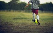 Voorkom bovenbeenblessures bij voetbal: blijf fit in de zomer