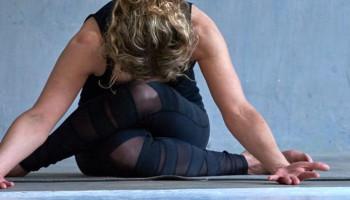 4 vragen aan yogadocente Helene Bruins over bedrijfsyoga