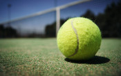 Tennisclub Grubbenvorst voorop met ledlampen rond de tennisbaan