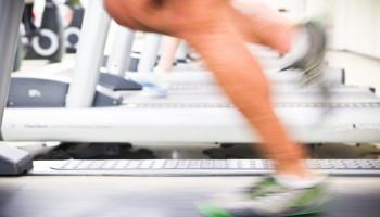Lopen op de atletiekbaan kost minder energie dan op de loopband