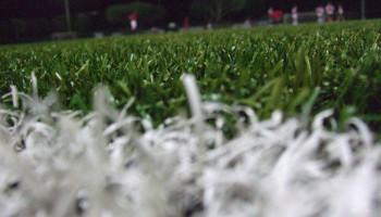 Niet meer blessures bij voetballen op kunstgras