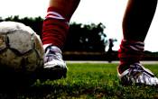 Kan de hardheid van het speelveld de kans op voetbalblessures vergroten?
