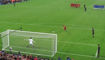 Voetballers moeten bij strafschoppen niet naar de keeper kijken