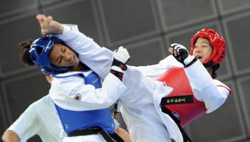 Elektronische bescherming gaat oneerlijk voordeel van in rood taekwondoën tegen