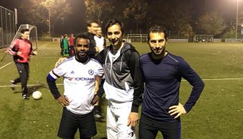 Jonge statushouders koken, trainen en spelen bij voetbalvereniging