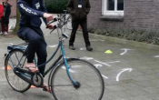 Vrijwilligers trainen om vluchtelingen in Wageningen te leren fietsen