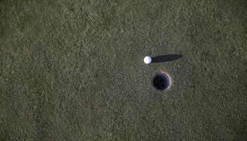 Golfers verbeteren prestatie door zichzelf niet te streng toe te spreken
