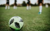 Sprongtraining op verschillende ondergronden maakt voetballers sneller en krachtiger