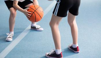 Verwelkom kinderen uit gezinnen met een laag inkomen bij sport: 14 tips