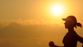 8 handige tips voor sporten met warm weer